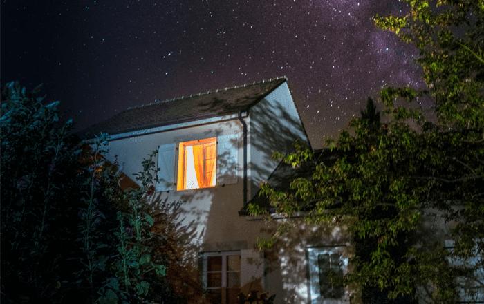 maison en pleine nuit