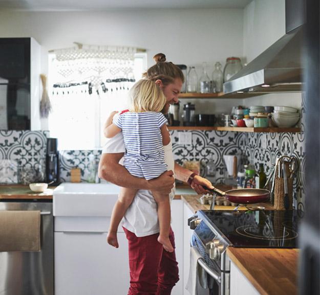 père et fils font la cuisine