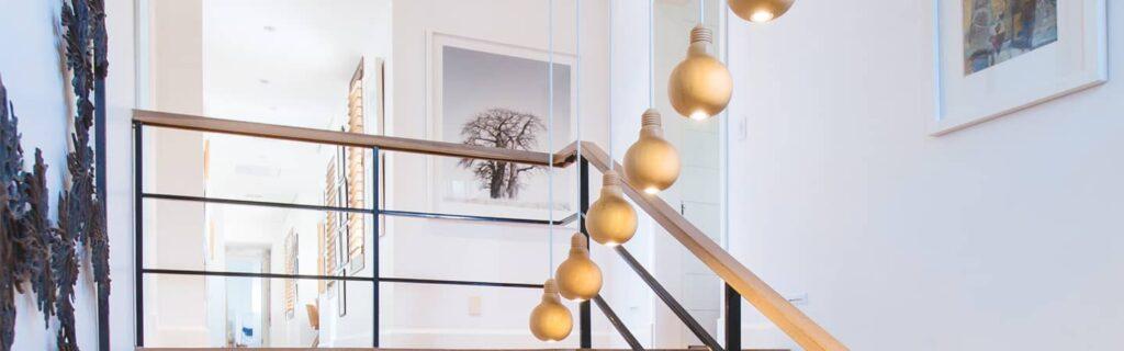 suspension de luminaires dans les escaliers