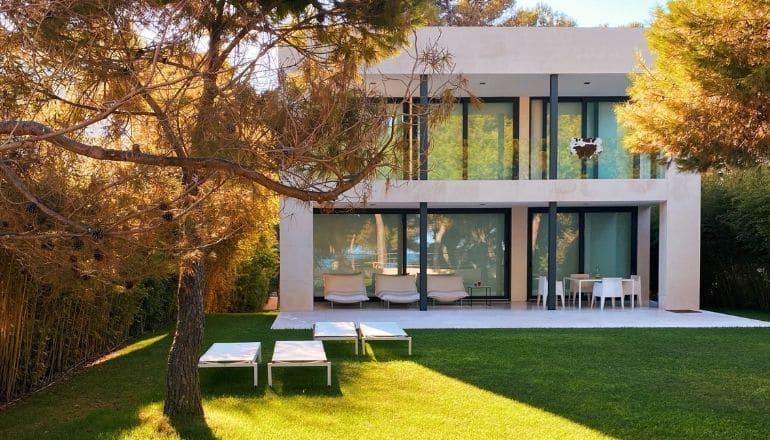 jardin d'une maison moderne entretenue