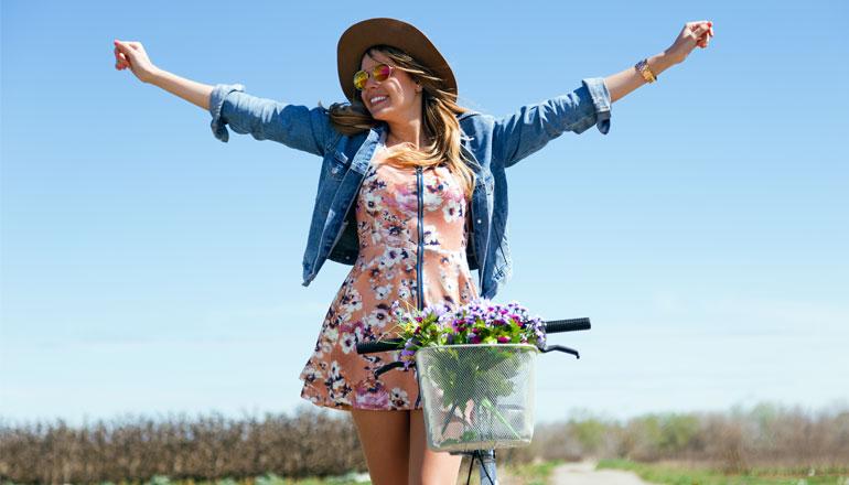femme heureuse à vélo