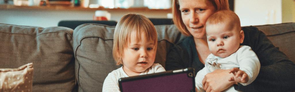 une mère et ses enfants sur une tablette